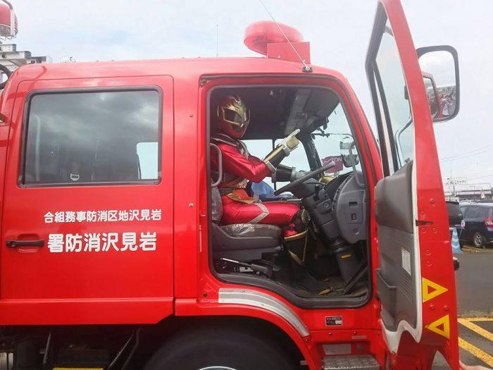 ソーランドラゴンが消防車にまたがる!