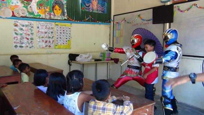 傘回しや太鼓をする子供たち