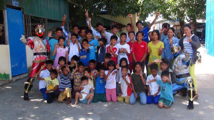カンボジアの子供たちと記念写真