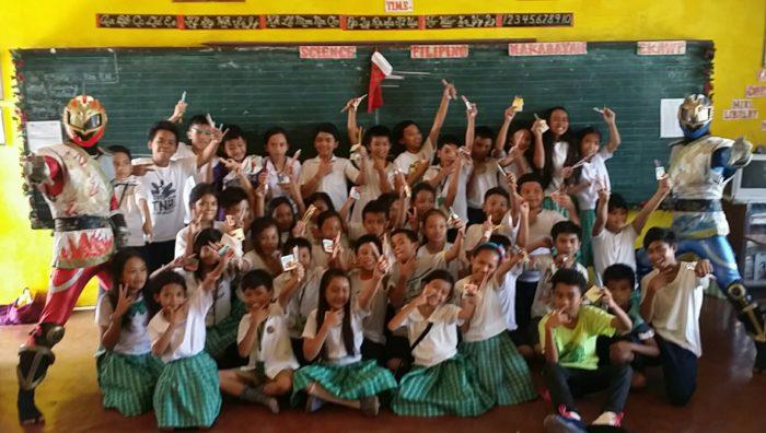 タランバン小学校の子供たちと記念写真