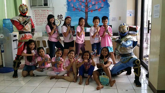 フィリピンの子供たちと記念写真